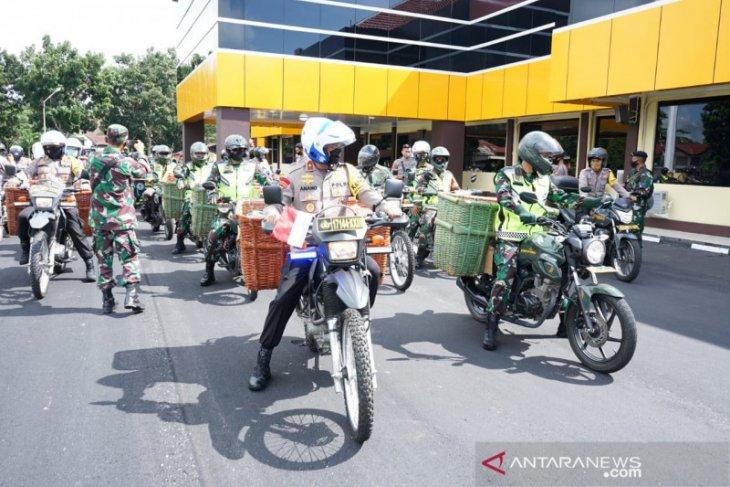 Gunakan Sepeda Motor, TNI-Polri Babel salurkan 500 paket sembako