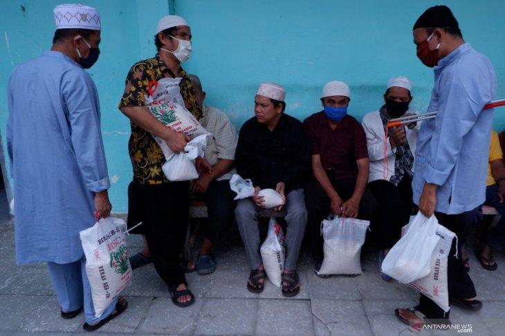 XL Axiata bersama Pewarta Foto Indonesia bagikan sembako kepada penyandang tuna netra