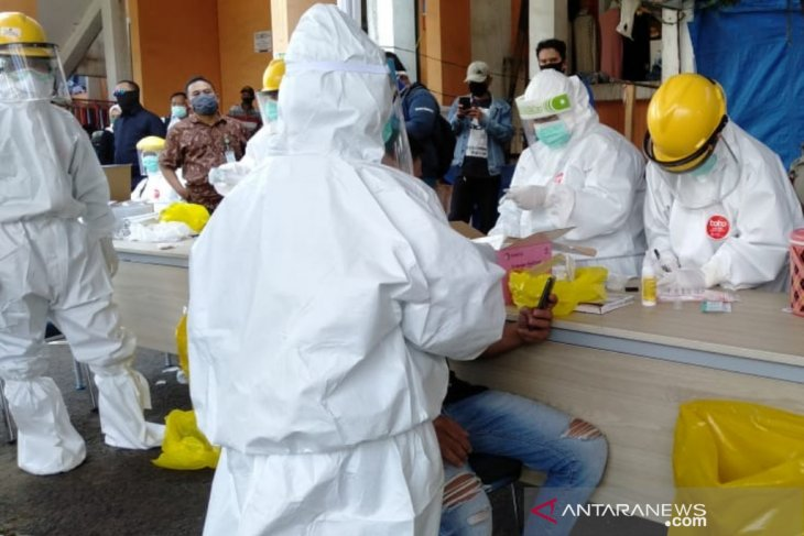 300 pedagang Pasar Kebon Kembang Bogor lakukan tes swab COVID-19