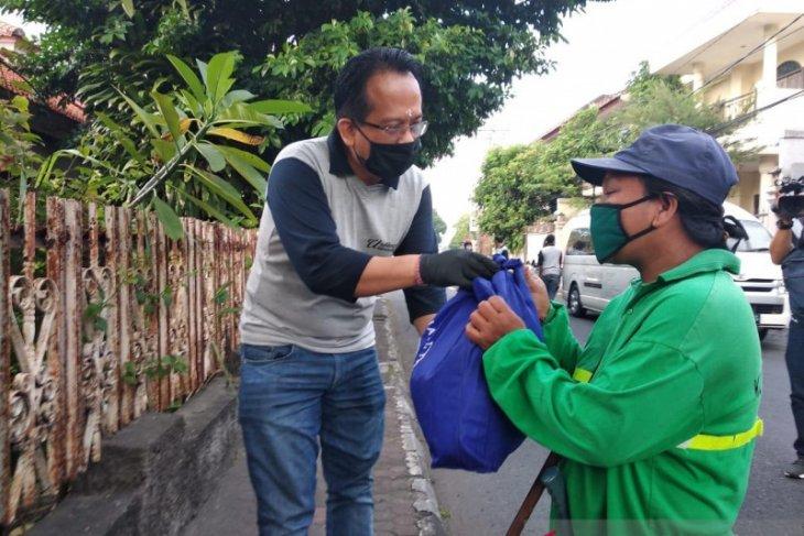 Undiknas bagikan ratusan sembako untuk tukang sapu-fakir miskin di Denpasar