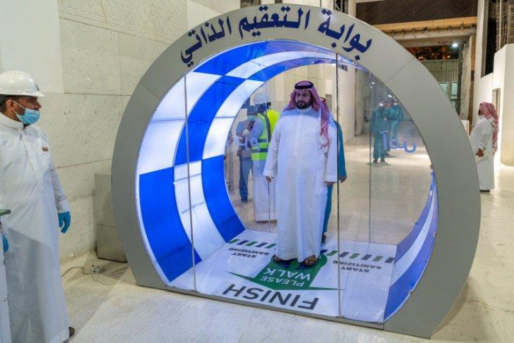 Arab  Saudi pasang gerbang sterilisasi di masjid di Mekkah, Madinah