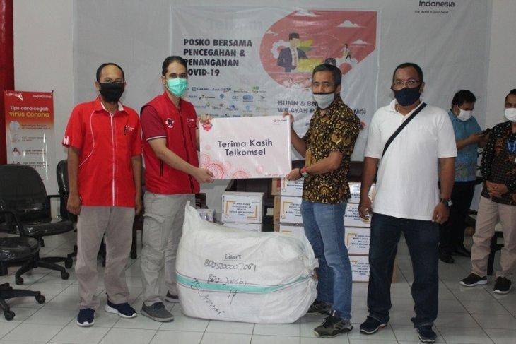 Satgas  BUMN Jambi terima bantuan APD dari Telkomsel  untuk selanjutnya didistribusikan kepada paramedis