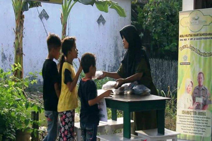 Sri berbagi takjil gratis ditengah pandemi COVID-19