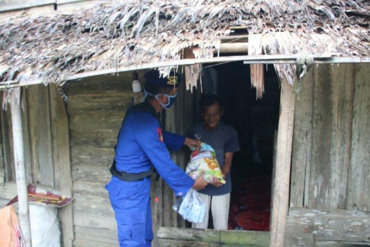 Polair Polda Kalbar salurkan bantuan pada masyarakat pesisir Kubu Raya