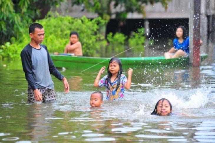 Banjir luapan Sungai Batanghari jadi tempat latihan berenang anak-anak