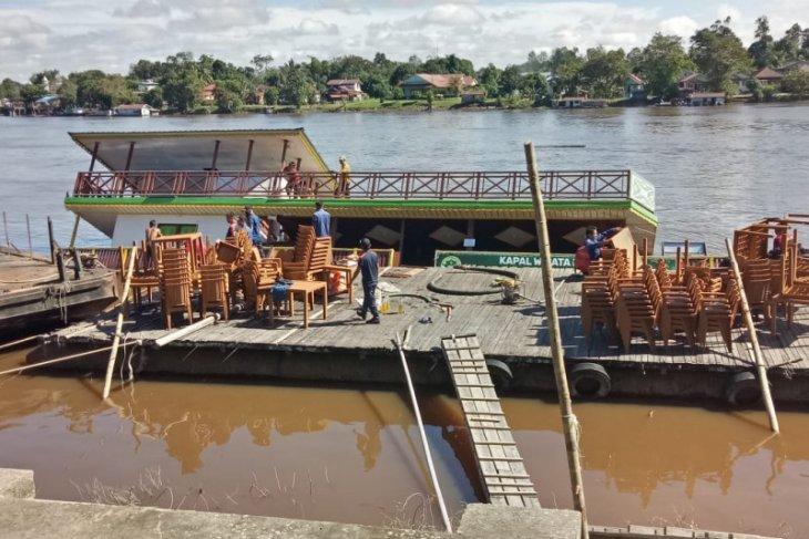 Kapal Wisata Sintang tenggelam sebagian