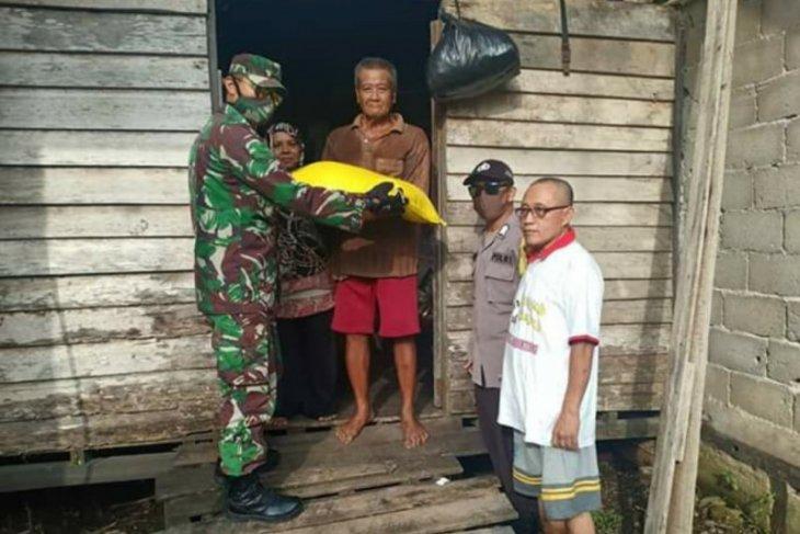 Babinsa ikut kawal penyaluran beras bantuan untuk 11 desa