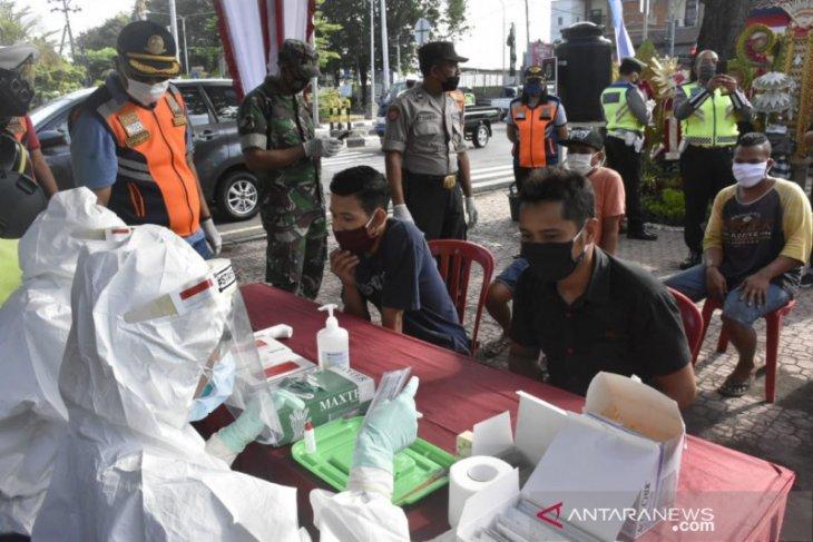 Tim Penanganan COVID-19 Denpasar lakukan tes cepat pengemudi mobil (video)