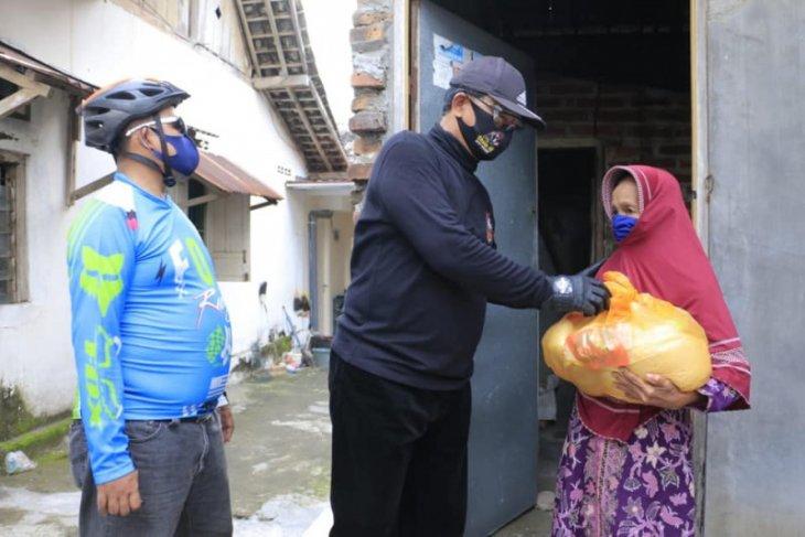 Bersepeda jadi ajang Wali Kota Madiun bagi sembako dan sambangi warga
