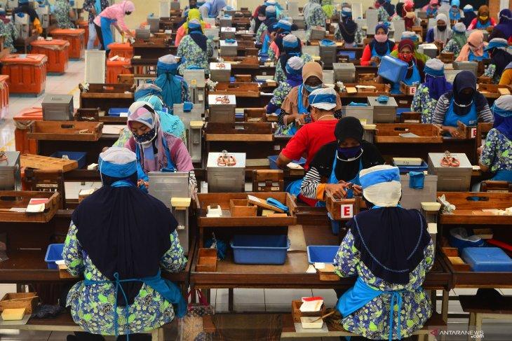 Dirumahkan akibat corona, ribuan karyawan di Kudus mulai dipekerjakan kembali