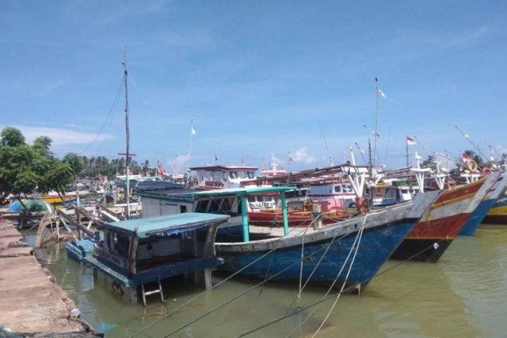 Nelayan tradisional Lebak tidak melaut selama cuaca buruk