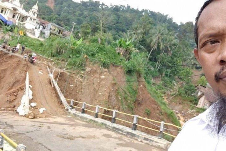 Bridge linking Banten, West Java areas collapses after landslide
