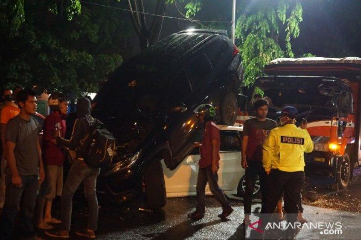 Kecelakaan beruntun di kawasan ring road Jalan Gagak Hitam empat mobil di Kota Medan