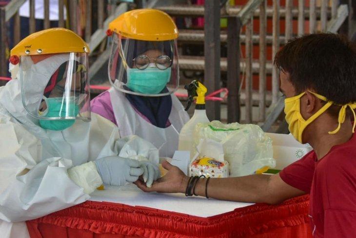 Hasil rapid test massal sejumlah pasar di Karawang ditemukan empat orang positif