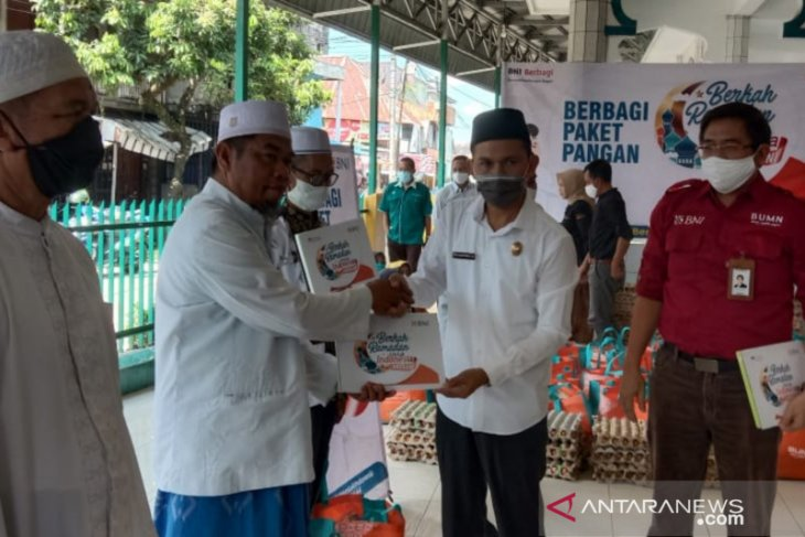 Berkah Ramadhan, Wabup HST bersama BNI berbagi paket pangan