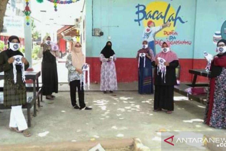 Alumni SMPN 3 Tenggarong bagi 1.110 masker bantu cegah COVID-19