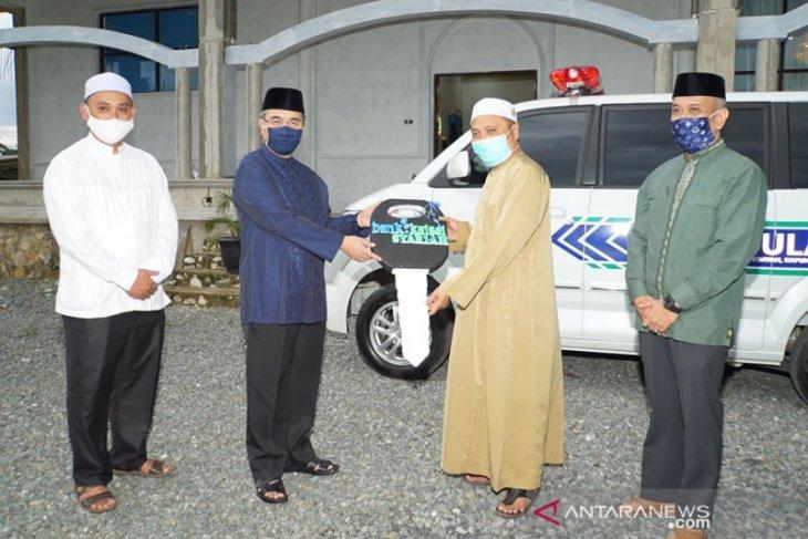 Bupati HSS serahkan bantuan ambulance untuk Majelis Ta'lim Al Hidayah Kapuh