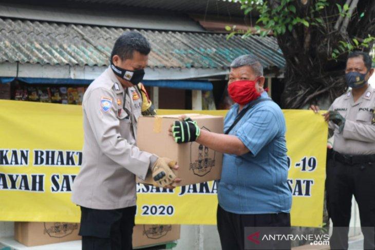 Polsek Sawah Besar gandeng napi asimilasi distribusikan bansos