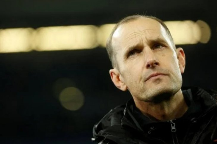 Gara-gara pasta gigi, pelatih Augsburg absen saat Bundesliga  dimulai