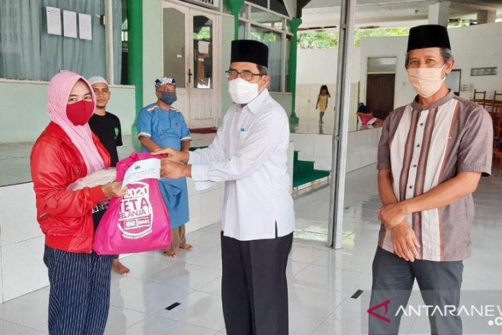 Masjid Al Husna DPMPD Bagikan Paket Sembako Bagi Warga Terdampak COVID-19
