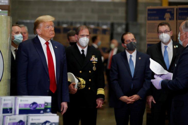 Trump tinjau pusat distribusi masker tanpa gunakan masker, mengapa?