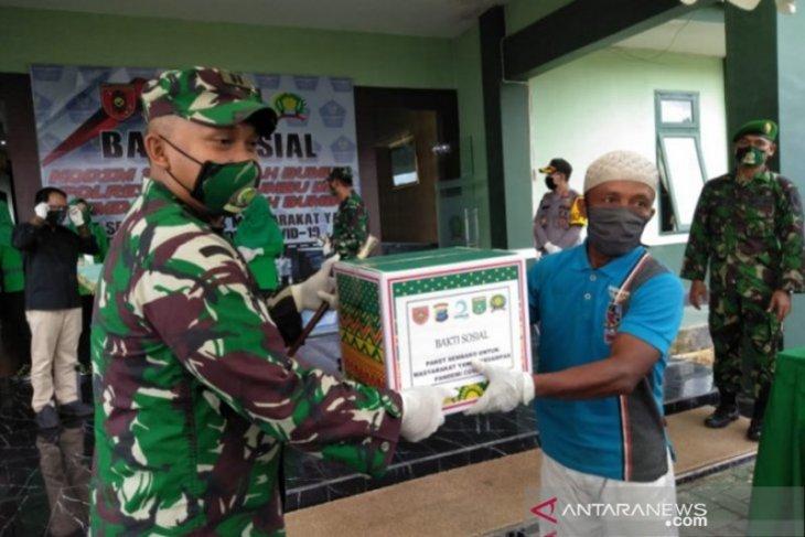 Danrem 101/Antasari bagikan bansos ke warga terdampak COVID-19