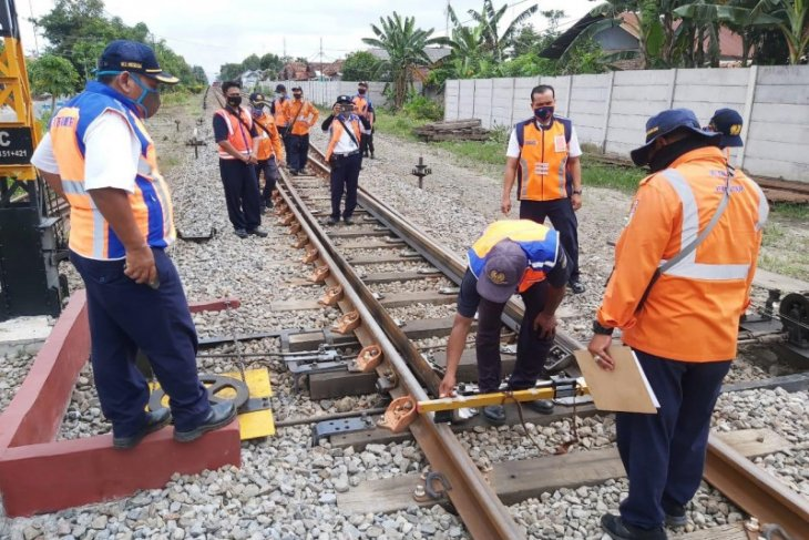 Kepala Daop 7 Madiun lakukan pemeriksaan jalur kereta api di masa pandemi