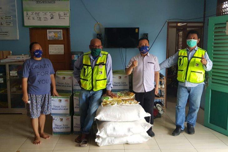 PT Pamapersada Nusantara  salurkan ratusan paket sembako