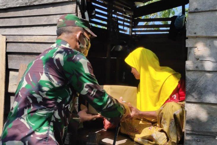 Janda kurang mampu terima bantuan dari Dandim Aceh Jaya