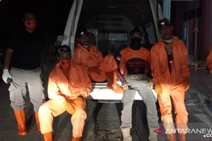 Praja Rescue Semprot Disinfektan Rumah Warga Sepanjang Jalan Seluang