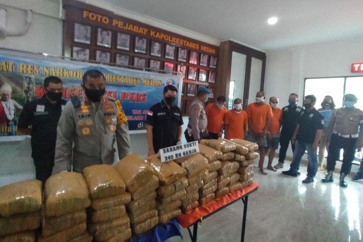 Polrestabes Medan gerebek sebuah rumah  menyimpan 240 kg ganja