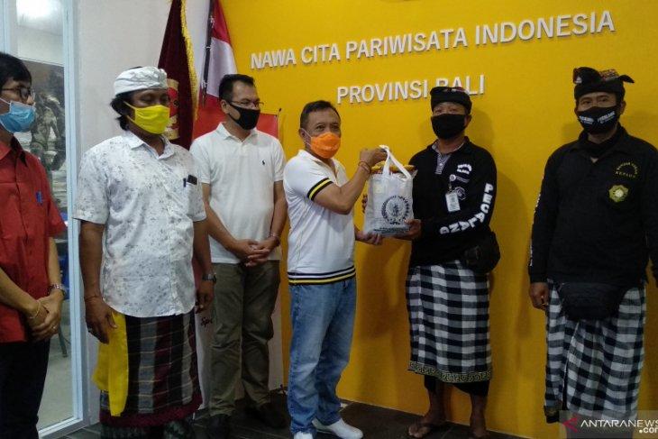 Anggota DPD bagikan paket bahan pokok untuk