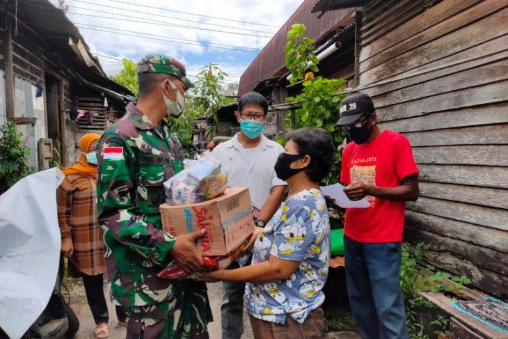 Kodim Putussibau dan Asosiasi pengusaha bagikan sembako gratis