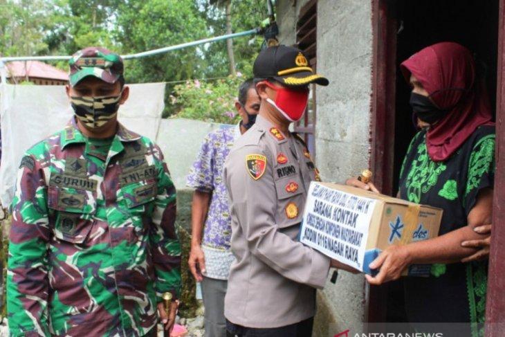 Dandim dan Kapolres Nagan Raya bagikan sembako ke rumah warga