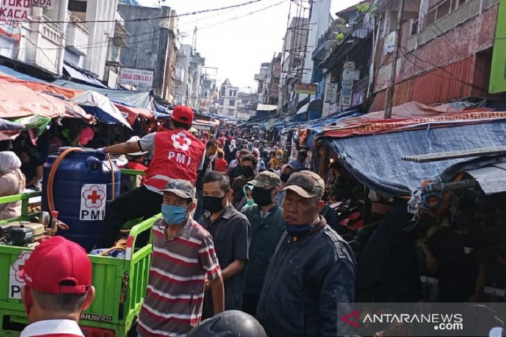 Abaikan PSBB,  warga Kota Sukabumi nekat berdesakan dan padati pasar tradisional