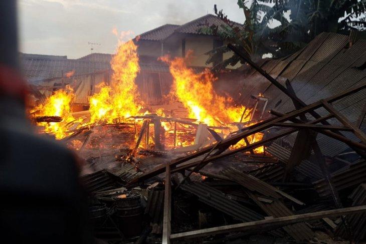 Lapak mebel di Klender hangus terbakar