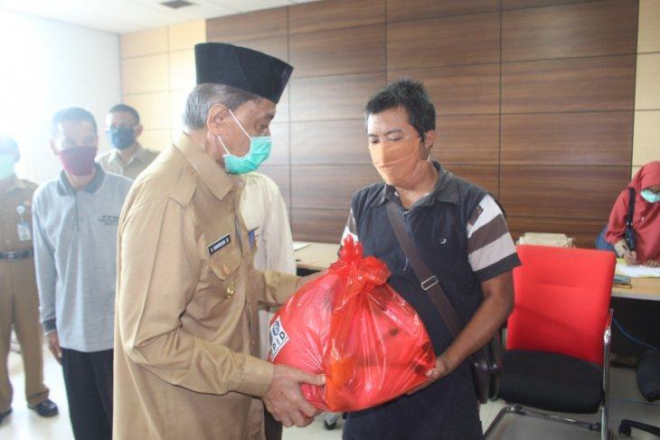 BI Balikpapan beri sembako kepada petugas kebersihan dan pengurus masjid di Paser