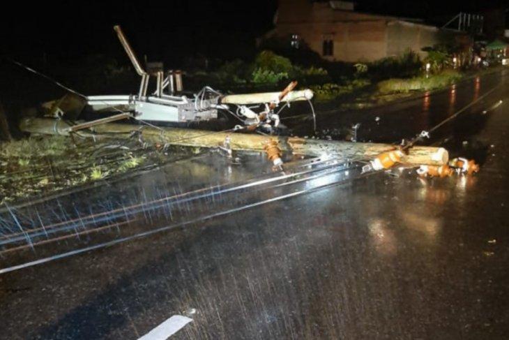 Angin kencang landa Abdya, dua tiang listrik tumbang