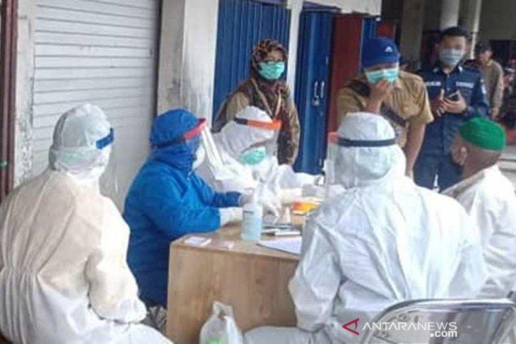 Rapid test massal 297 pedagang di pasar Kandangan, tiga orang reaktif
