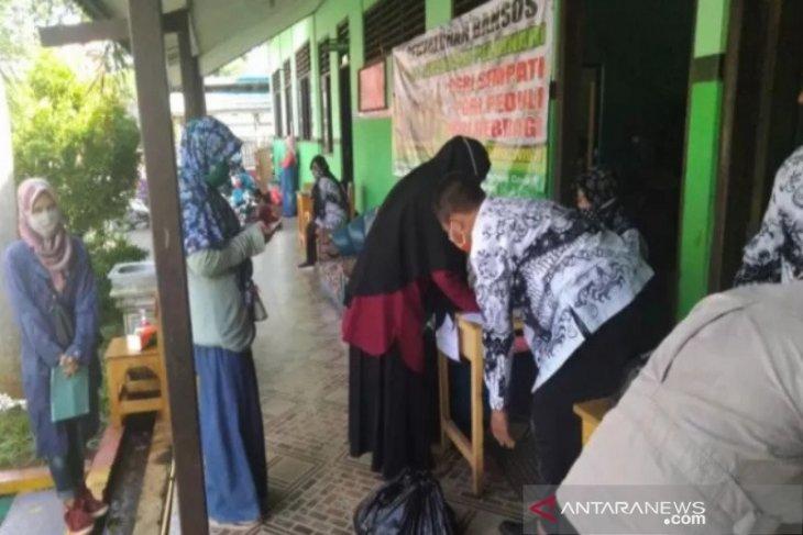 PGRI Pelaihari membagikan 352 paket sembako untuk orang tua siswa