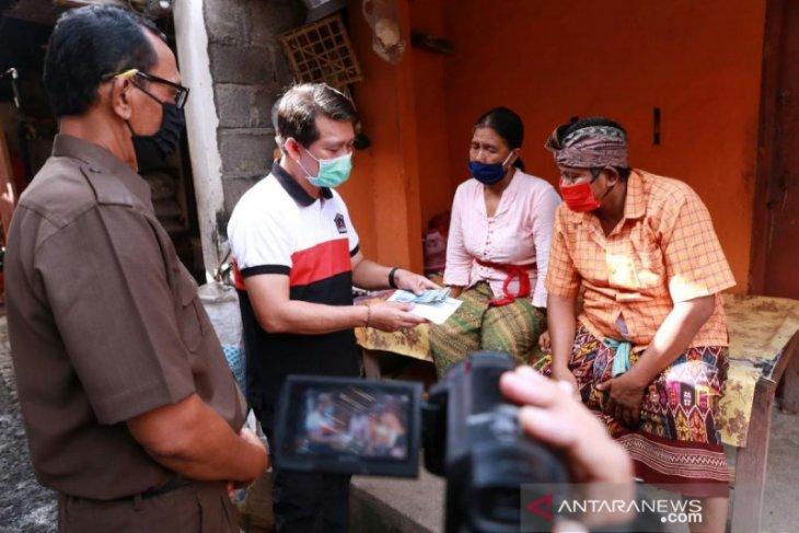 Bupati Klungkung serahkan BLT di tiga kecamatan