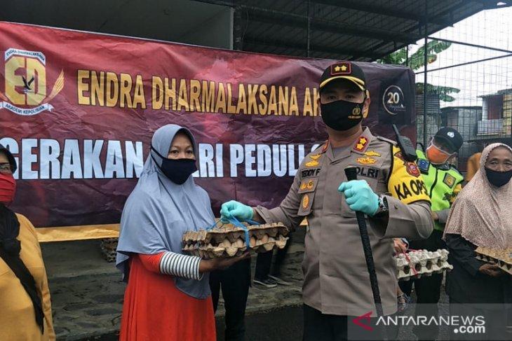 Polres Subang bagikan 250 paket telur kepada masyarakat terdampak COVID-19