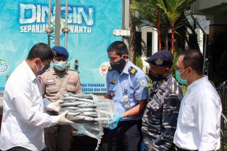 Pelabuhan Perikanan Prigi sumbang 1 ton ikan untuk tenaga kesehatan Kediri