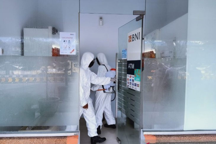 Cegah penyebaran COVID-19, Sat Brimob Polda Sumut semprot disinfektan area Lapangan Merdeka