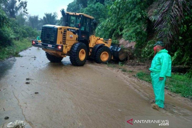 Hujan deras di Rejang Lebong sebabkan jalan lintas tertimbun longsor dan banjir