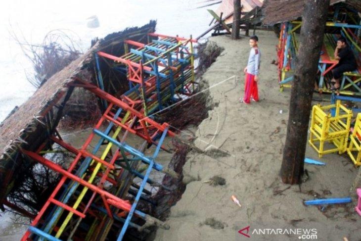 Puluhan pondok kafe di Aceh Barat amblas ke laut akibat abrasi