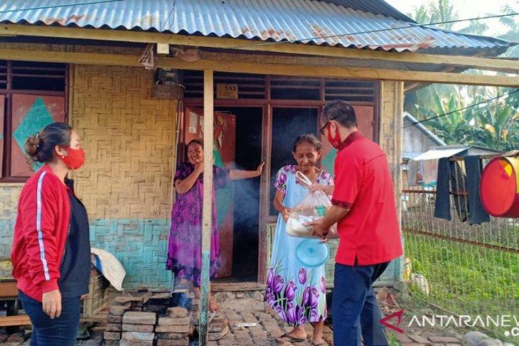 Pasangan suami-istri anggota DPRD bantu warga Gorut terdampak COVID-19