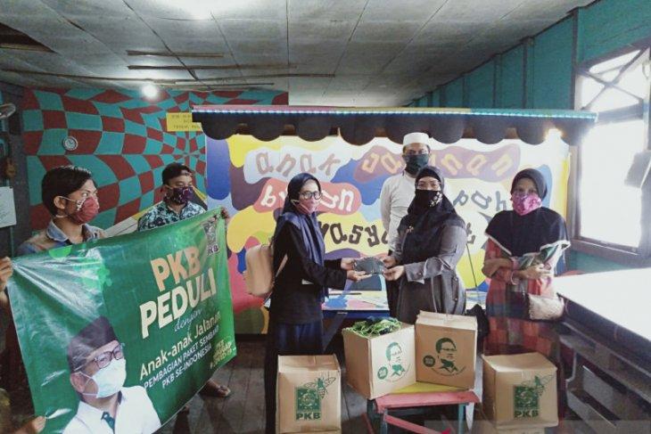 Paket sembako Ketum PKB bantu yayasan anak jalanan Banjarmasin