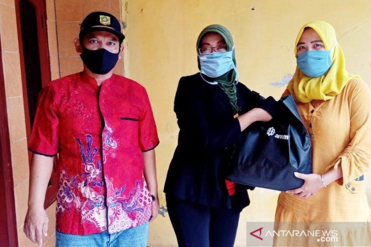 Bupati Bogor berikan bansos pada 100 warga Cicadas