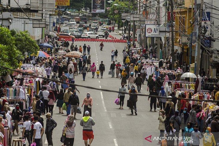 Keramaian aktivitas di pasar baru Bandung